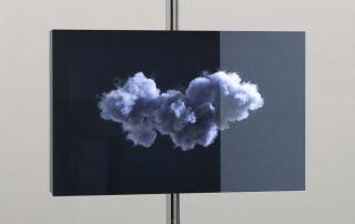 Dorota Kleszcz / François Ronsiaux, The Cloud, caisson Inox, barre Inox dimensions variables, miroir espion, vidéo 3d en boucle.